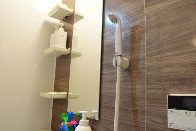 お風呂場収納のコツ② 浴室壁に磁石がくっつくか試してみよう