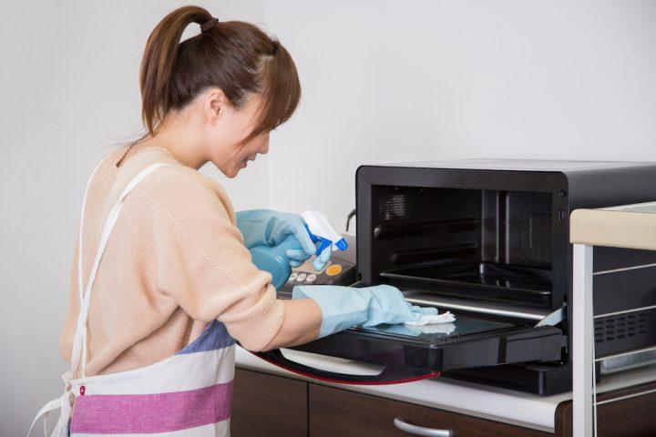 電子レンジの掃除方法を解説。汚れだけではなくニオイもしっかり対策