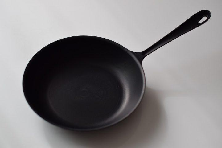 鉄フライパンを使うメリット、使い始め・お手入れの方法などをまとめて紹介