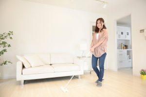 ソファのお手入れ方法を素材別に解説。ニオイ・汚れを防ぐ毎日のお手入れとしっかり掃除を紹介!