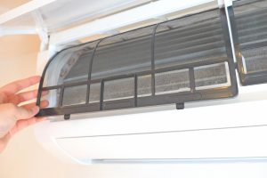 エアコン掃除は自分でできる?必要な道具や簡単にできる掃除方法を紹介
